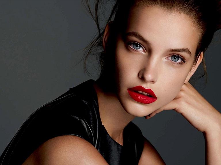 Одежда и макияж веб-модели: лицо и тело
